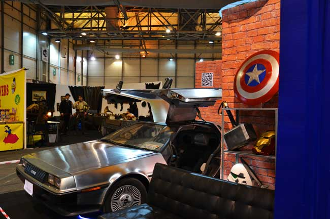 Univers-geek-au-maximum-avec-la-delorean,-l'univers-dc-et-marvel-et-l'univers-steampunk
